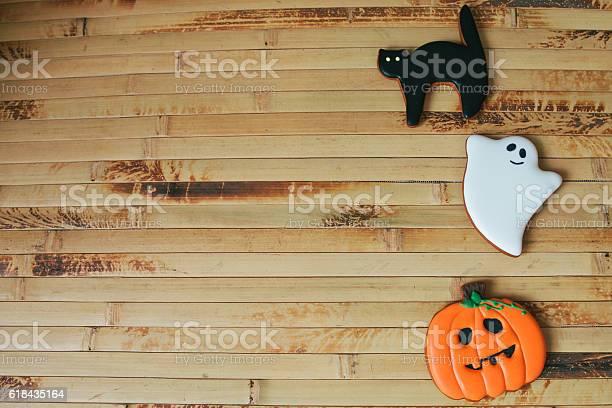 Halloween homemade gingerbread cookies on wood table picture id618435164?b=1&k=6&m=618435164&s=612x612&h=n7ureqdm4ocusgzjlo9koxpnmwh0plozpevyc1brcoi=