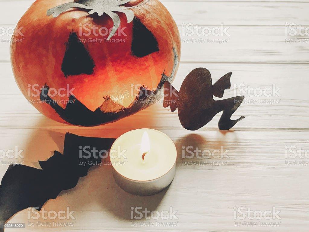 할로윈입니다. 잭 랜 턴 호박 마녀 유령 박쥐와 거미 검은 장식 흰색 나무 배경 평면도 계절 인사말입니다. 해피 할로윈 개념, 기념일 축 하 - 로열티 프리 10월 스톡 사진