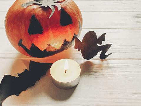 할로윈입니다 잭 랜 턴 호박 마녀 유령 박쥐와 거미 검은 장식 흰색 나무 배경 평면도 계절 인사말입니다 해피 할로윈 개념 기념일 축 하 10월에 대한 스톡 사진 및 기타 이미지