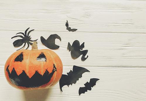 할로윈입니다 잭 랜 턴 호박 마녀 유령 박쥐와 거미 검은 장식 흰색 나무 배경 평면도 계절 인사말입니다 해피 할로윈 개념 공간 텍스트 10월에 대한 스톡 사진 및 기타 이미지