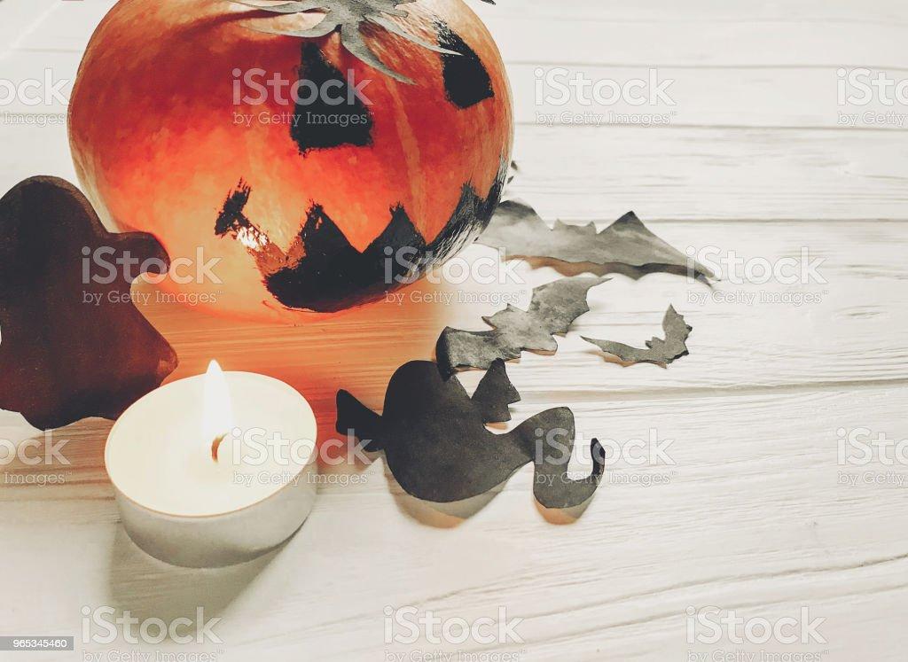 Halloween. Jack lanterne citrouille sorcière fantôme chauves-souris et décorations araignée noir sur un fond en bois blanc. découpes simples pour célébrer une fête automne. salutations saisonnières - Photo de Araignée libre de droits