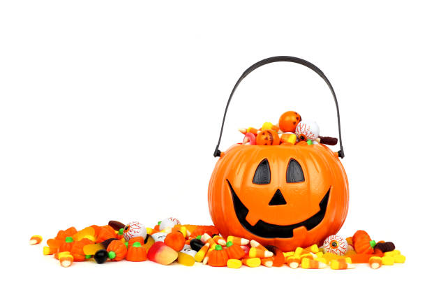 halloween jack o lantern bucket filled with candy isolated on white - happy halloween zdjęcia i obrazy z banku zdjęć