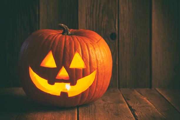 素朴な木製の背景にハロウィーンジャックo'ランタン - halloween ストックフォトと画像