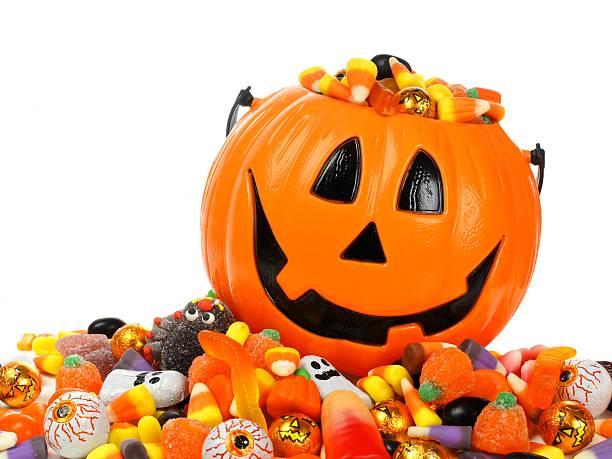 хэллоуин jack o фонарь не пройдено переливающийся с candy - halloween candy стоковые фото и изображения