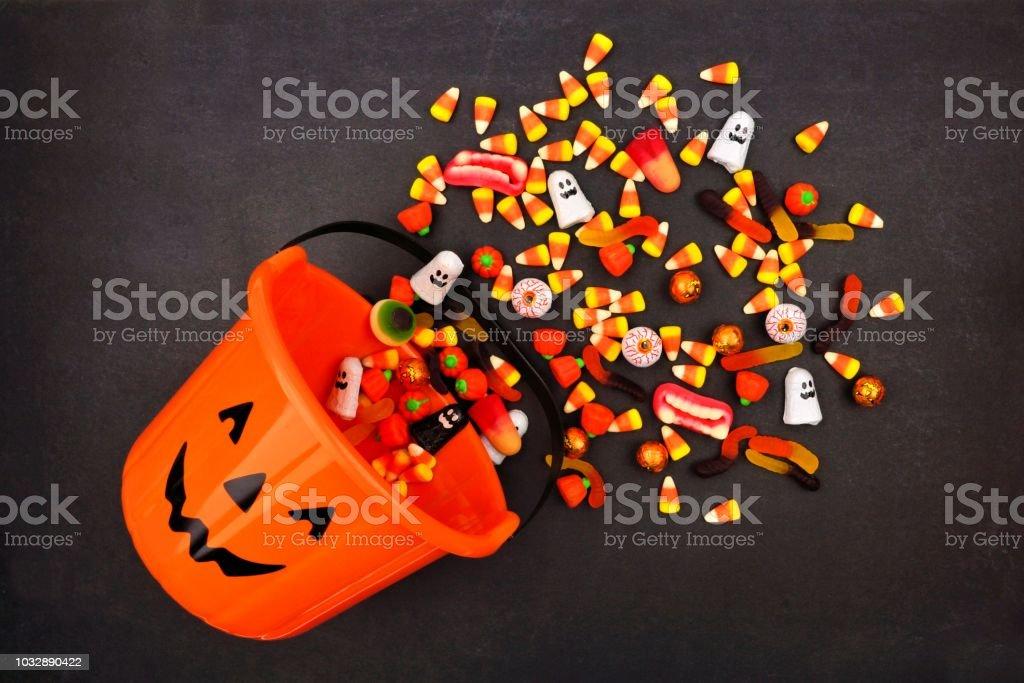 Cubo de Halloween Jack o linterna, vista superior con derrame de caramelo - foto de stock