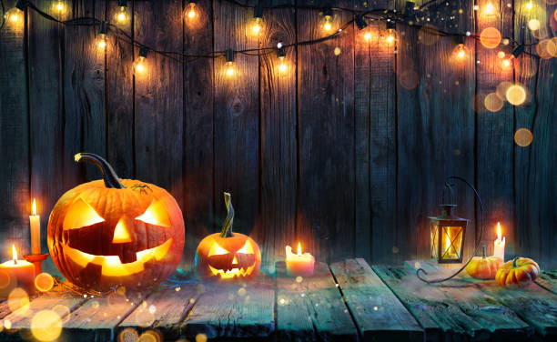 halloween - jack o' lanterns - candles and string lights on wooden table - happy halloween zdjęcia i obrazy z banku zdjęć