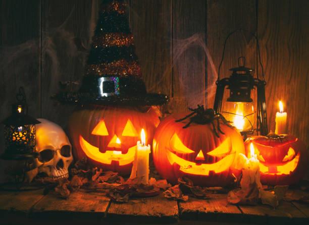 zucche jack-o-lantern di halloween su sfondo rustico in legno - halloween foto e immagini stock