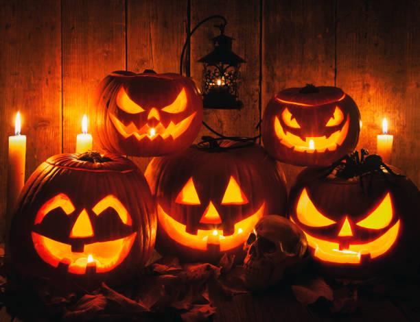 素朴な木製の背景にハロウィーンジャック-o-ランタンパンプキンズ - halloween ストックフォトと画像
