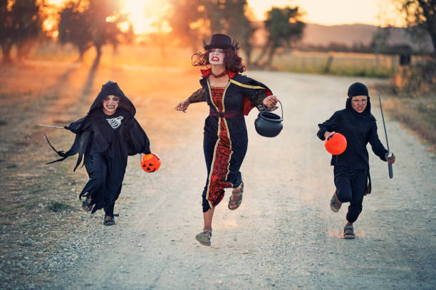 halloween kinder laufen auf feldweg - brüllender tod stock-fotos und bilder