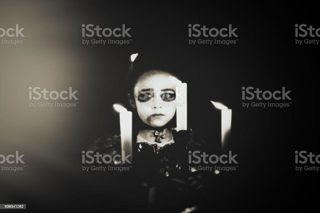 Halloween-menina com castiçal - foto de acervo