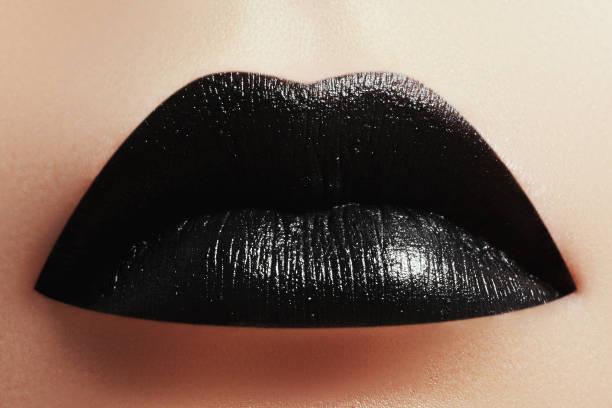 halloween make-up. ausdruck rock stil lippen make-up wie einen vampir - vampir schminken frau stock-fotos und bilder