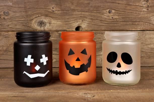 halloween einmachglas kerzenhalter - rustikale einweckgläser stock-fotos und bilder