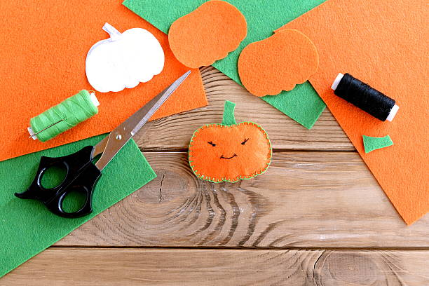 halloween mini pumpkin decor - filzen kinder stock-fotos und bilder