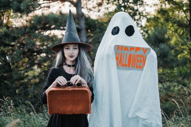halloween geheimnisvolle paar. - geist kostüm stock-fotos und bilder