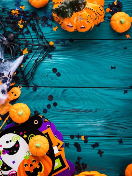 halloween party dekorationen rahmen auf dunkelgrün - halloween party einladungen stock-fotos und bilder
