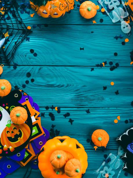 halloween party dekorationen rahmen auf dunkelgrün - halloween party lebensmittel stock-fotos und bilder