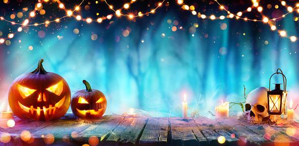 Fiesta De Halloween Gato O Linternas Y Luces De La Secuencia Sobre Mesa En Bosque De Misty Foto de stock y más banco de imágenes de Azul