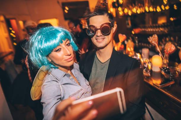 halloween party selfie - halloween party lebensmittel stock-fotos und bilder
