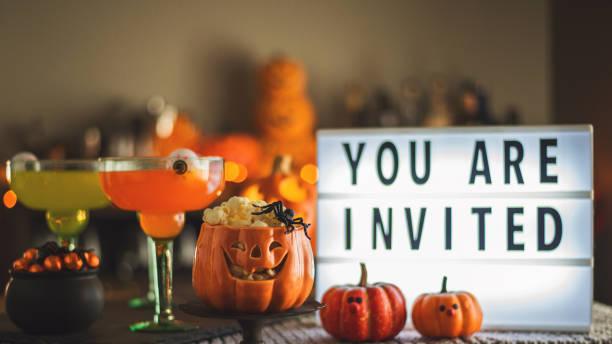 halloween-party stillleben mit kürbis-charaktere einladung sendebotschaft - halloween party einladungen stock-fotos und bilder