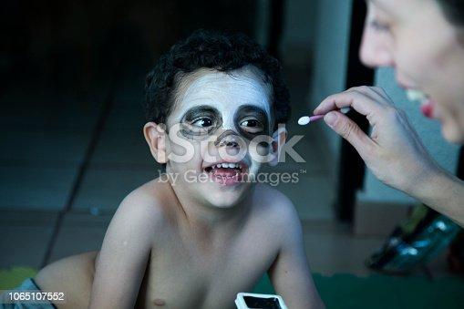 pintando a niño de calavera para halloween