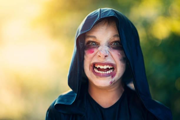 halloween-porträt eines kleinen jungen - zum totlachen stock-fotos und bilder