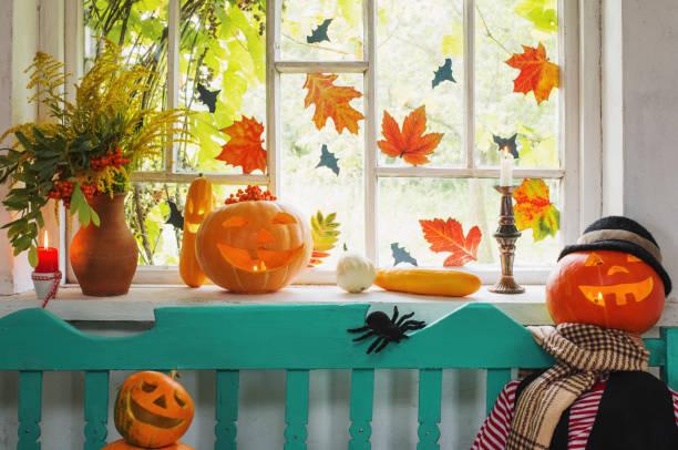 halloween-kürbis und dekoration indoor - fensterdeko herbst stock-fotos und bilder