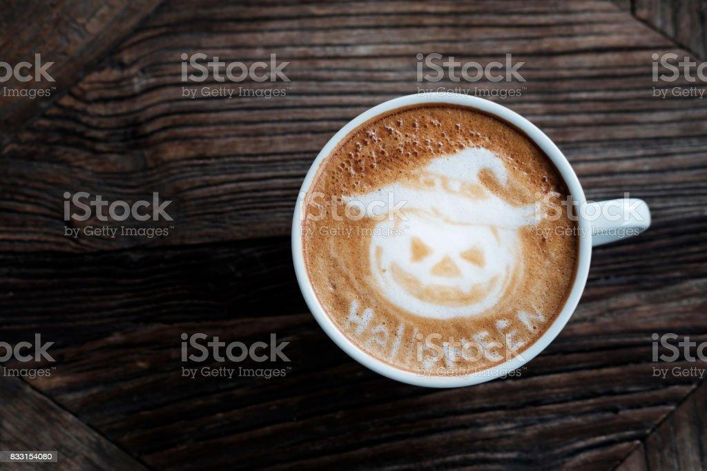 Halloween-Kürbis-Cappuccino Kaffee Kunst. – Foto