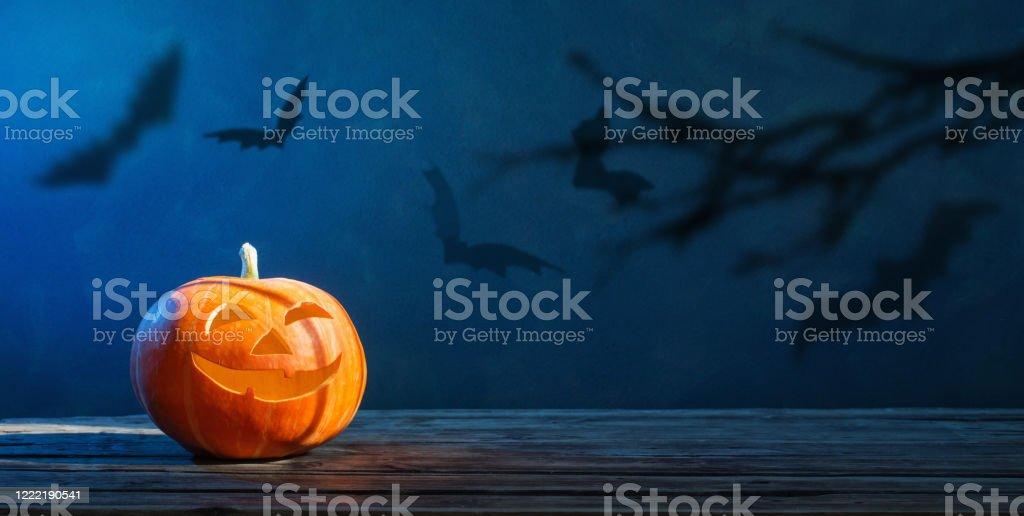 Calabaza de Halloween sobre fondo azul oscuro - Foto de stock de Azul libre de derechos