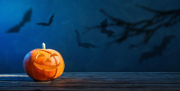 Calabaza De Halloween Sobre Fondo Azul Oscuro Foto de stock y más banco de imágenes de Azul
