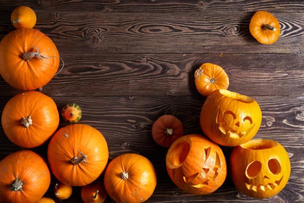 abóbora de halloween em fundo de madeira - lanterna de halloween - fotografias e filmes do acervo