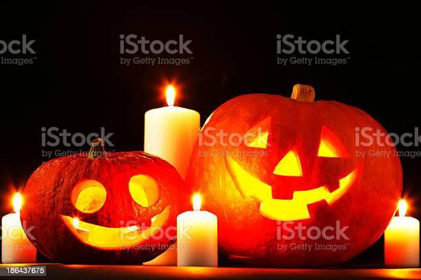 Halloween Pumpkins Y Velas Foto de stock y más banco de imágenes de Calabaza gigante