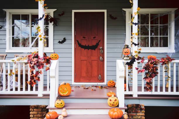 zucche e decorazioni di halloween fuori da una casa - halloween foto e immagini stock