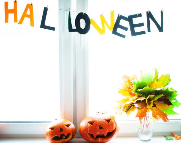 halloween-kürbisse am fenster - fensterdeko herbst stock-fotos und bilder