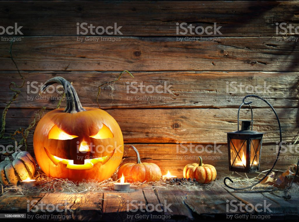 Citrouilles d'Halloween dans fond rustique avec lanterne - Photo