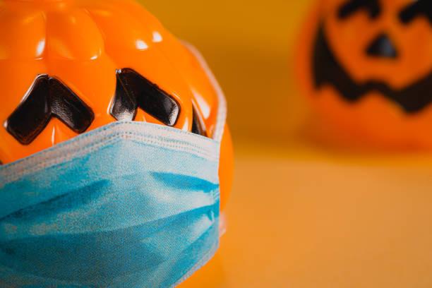 calabazas de halloween manteniendo la distancia social. concepto covid 19 - halloween covid fotografías e imágenes de stock
