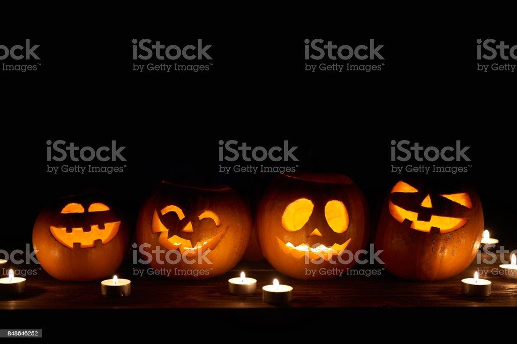 Halloween Kürbisse auf Schwarz – Foto