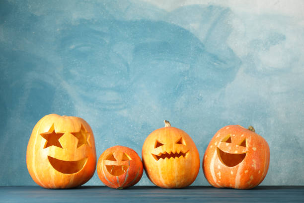 halloween pumpkins on wooden background. space for text - happy halloween zdjęcia i obrazy z banku zdjęć