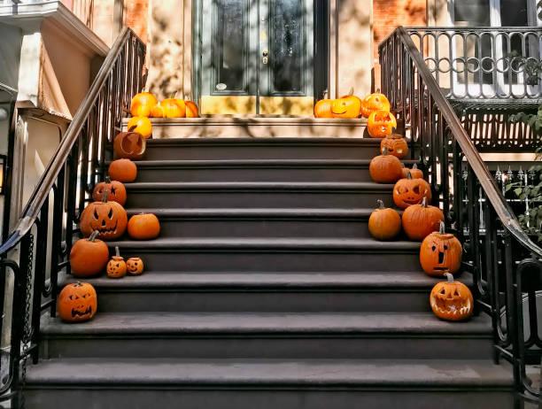 halloween-kürbisse - vorbau dekor stock-fotos und bilder