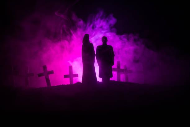 halloween. gruselige zombie braut auf einem friedhof nacht hält eine kürbis laterne. - waldfriedhof stock-fotos und bilder