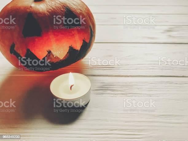 할로윈입니다 으 시 시 잭 랜 턴 촛불 빛 나무 배경에 호박 휴일 축 하입니다 계절 인사말입니다 해피 할로윈 개념 텍스트를 위한 공간 10월에 대한 스톡 사진 및 기타 이미지