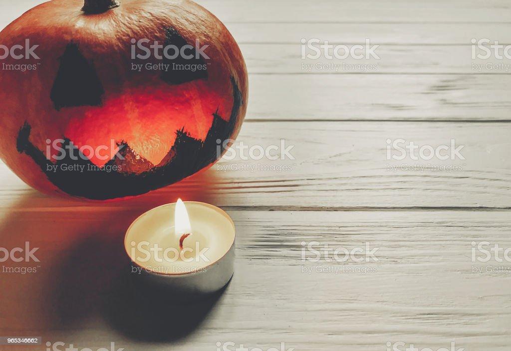 할로윈입니다. 으 시 시 잭 랜 턴 촛불 빛 나무 배경에 호박 휴일 축 하입니다. 계절 인사말입니다. 해피 할로윈 개념, 텍스트를 위한 공간 - 로열티 프리 10월 스톡 사진