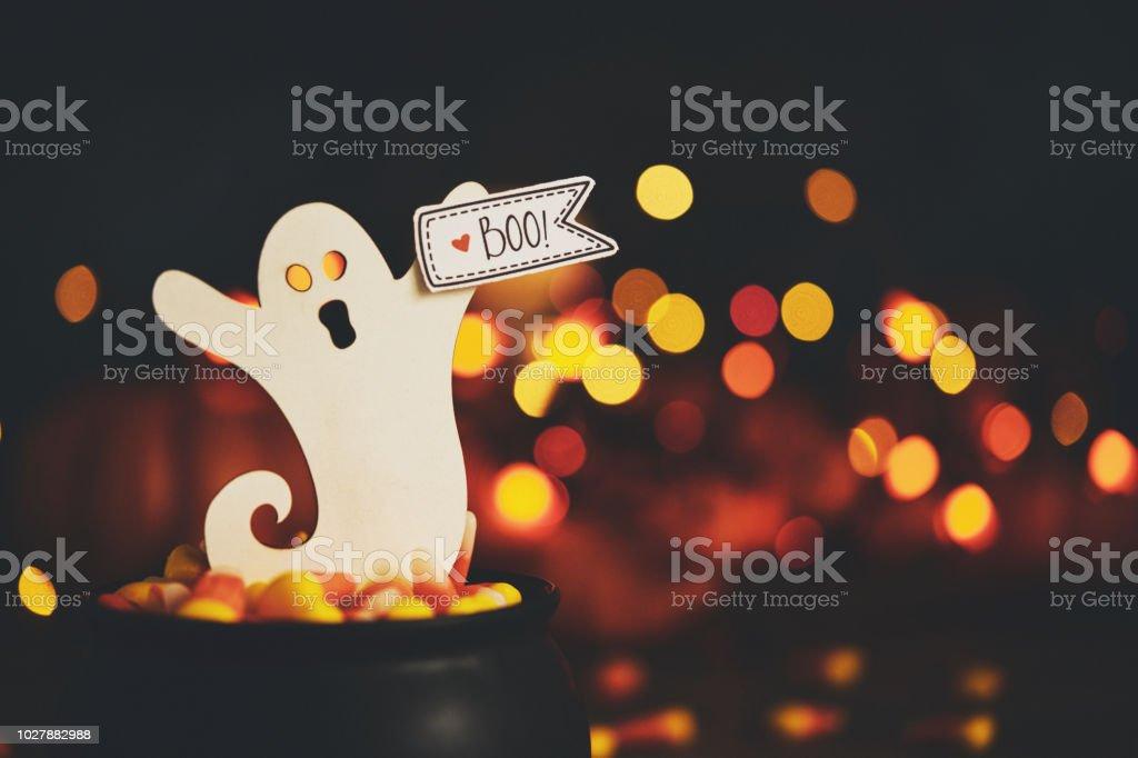 Halloween-Stillleben mit Kessel und ghost – Foto