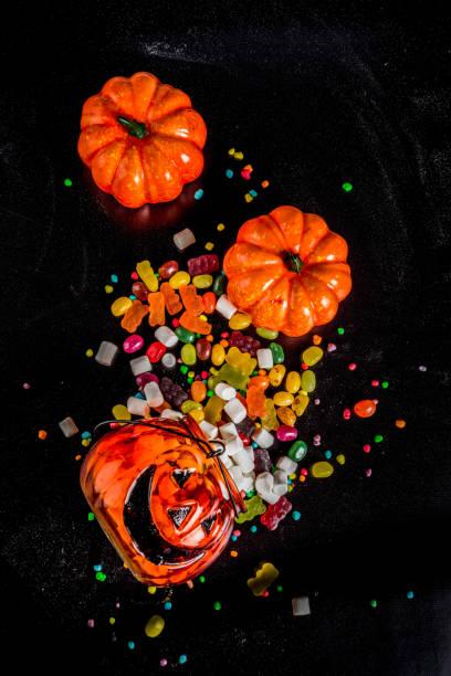 halloween-süßigkeiten-hintergrund - ingwermarmelade stock-fotos und bilder