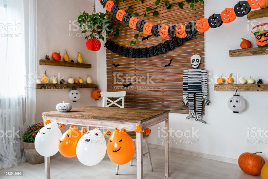 Halloween theme decorated living room. Lifestyle Halloween season family house interior. Traditional Halloween decorations background. - Foto stock royalty-free di Ambientazione interna