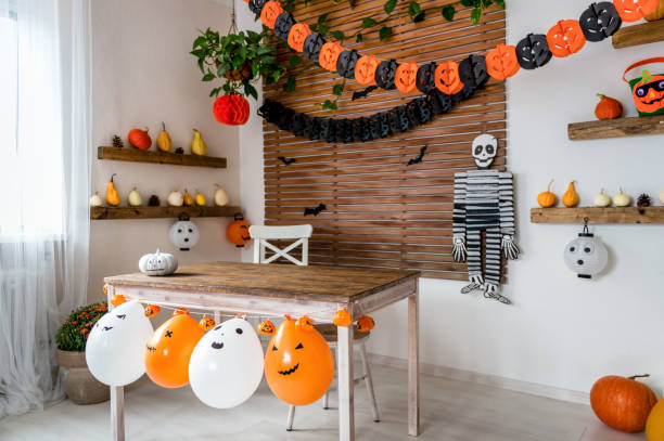 halloween theme decorated living room. lifestyle halloween season family house interior. traditional halloween decorations background. - украшать стоковые фото и изображения