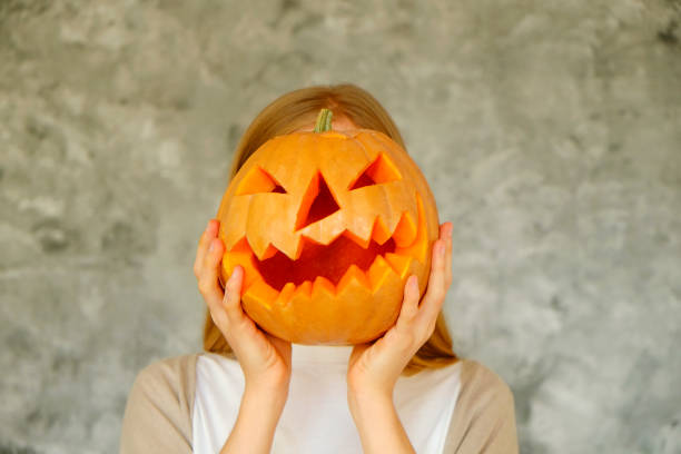 Imagen temática de Halloween con calabazas talladas en ambiente de fiesta. - foto de stock