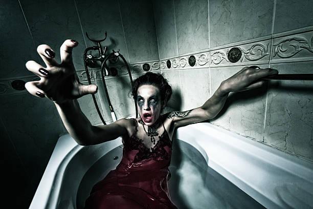 halloween theme.scary mädchen im bad. - brüllender tod stock-fotos und bilder