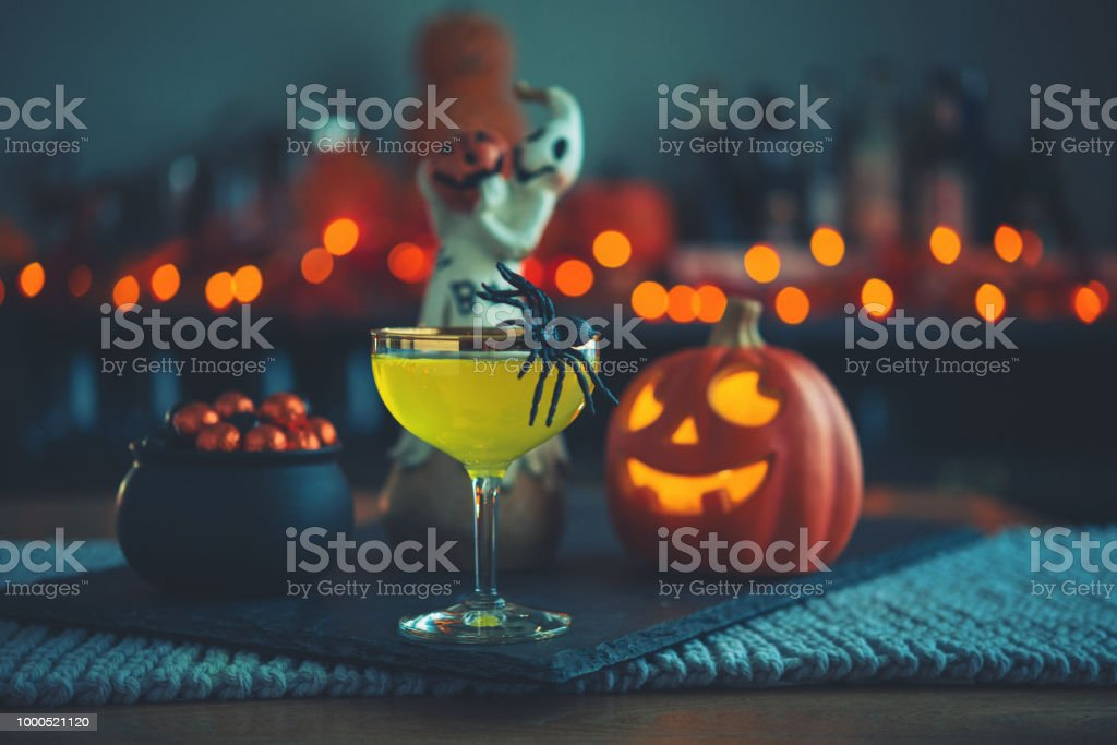 Halloween-Zeit. Vibrant farbige Getränke mit Kessel von candy – Foto