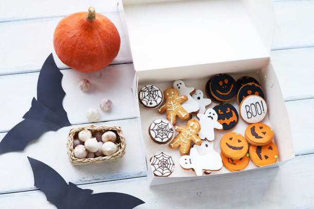 halloween-süßigkeiten und dekorationen - halloween party lebensmittel stock-fotos und bilder