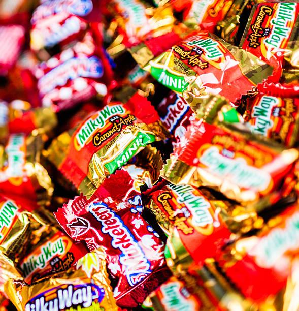 halloween süßes oder saures-halloweenspruch candy - milky way stock-fotos und bilder